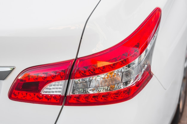 Luce posteriore moderna sulla nuova auto bianca