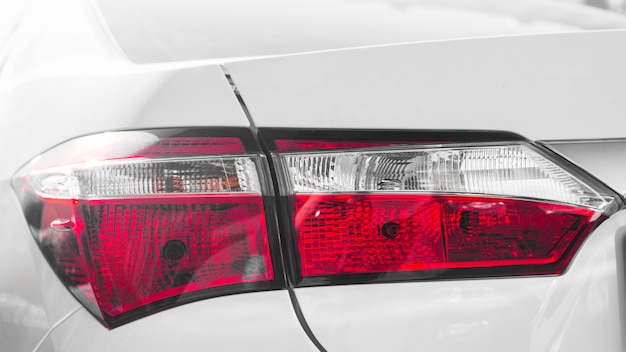 Luce posteriore su auto bianca