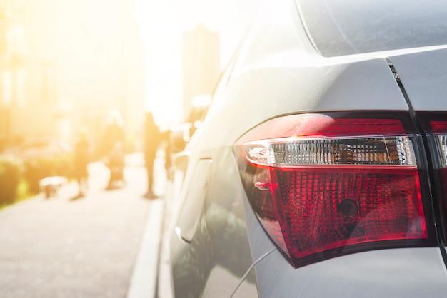 Luce posteriore su auto d'argento su strada