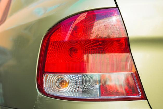 Luce posteriore su auto nuova oliva