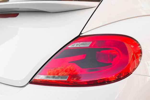 Luce posteriore su automobile bianca