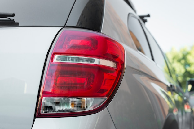 Luce posteriore su nuova automobile d'argento