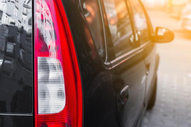 Luce posteriore su nuova automobile nera