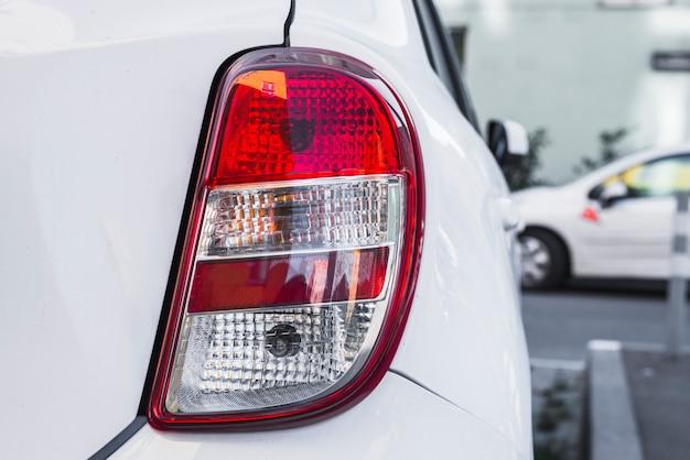 Luce posteriore sulla nuova auto bianca