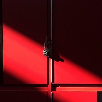 Luce rossa della mobilia del liceo dell'armadio