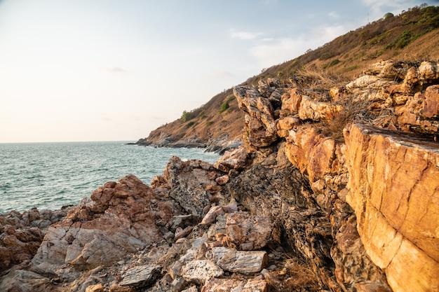 Luce serale sulle formazioni rocciose di khao laem ya, rayong, tailandia