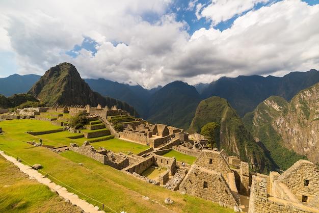 Luce solare a machu picchu, in perù, con cielo scenico