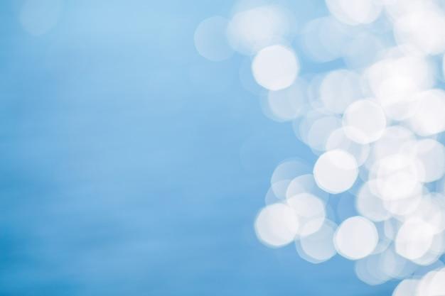 Luce solare che riflette o luccica scintillio sull'acqua del mare o dell'oceano.