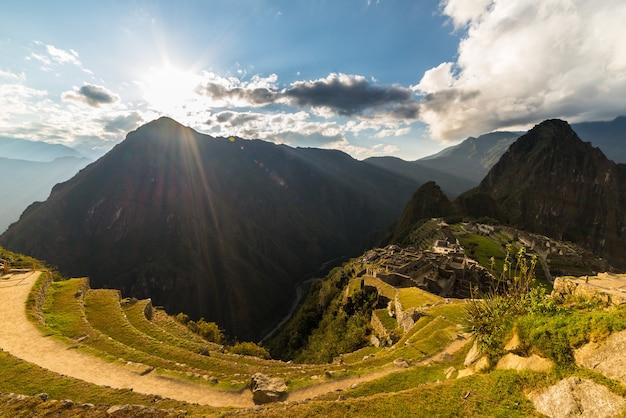 Luce solare su machu picchu dall'alto, perù