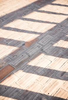 Luce solare sul marciapiede marciapiede in cemento