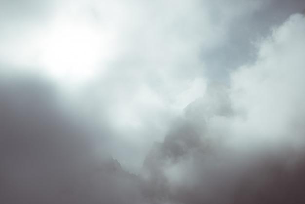Luce solare sulla valle alpina con picchi di montagna incandescente e nuvole panoramiche. alpi francesi italiane, destinazione turistica estiva, immagine tonica, filtro vintage, tonalità divisa.