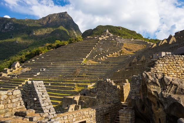 Luce solare sulle terrazze di machu picchu dal basso, perù