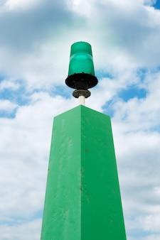 Luce verde marina con il fondo del cielo nuvoloso