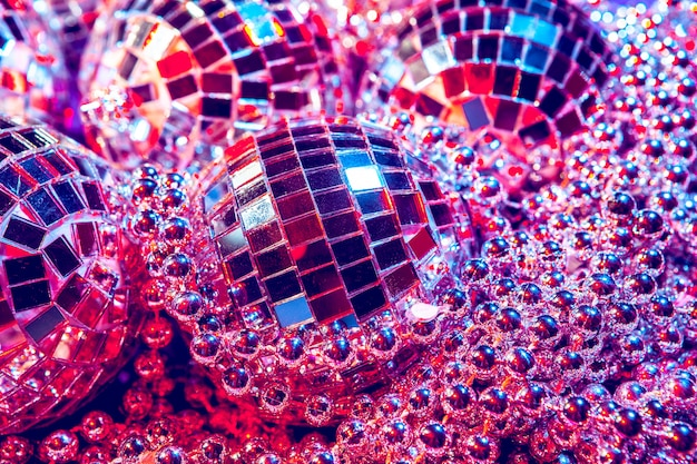 Lucenti palline da discoteca scintillanti in una bella luce viola. concetto di festa in discoteca
