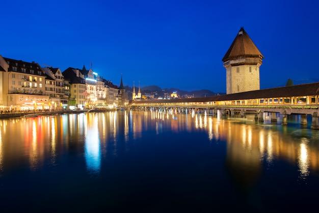 Lucerna. immagine di lucerna, in svizzera durante l'ora blu crepuscolare.