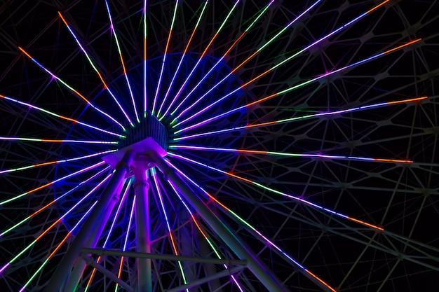 Luci al neon sulla ruota panoramica