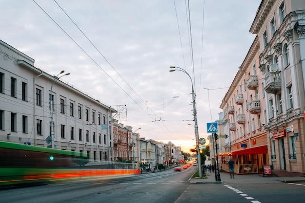 Luci auto sulla strada sovetskaya. gomel, bielorussia