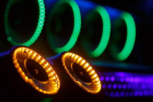 Luci colorate di stereo e altoparlanti decorativi su auto