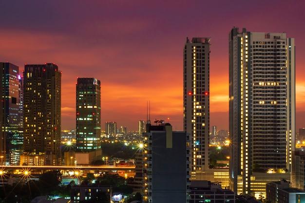Luci del paesaggio urbano e fondo porpora del cielo blu a tempo crepuscolare