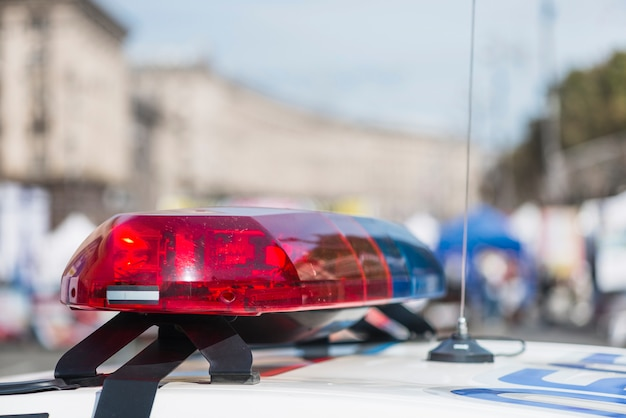 Luci della polizia sulla macchina della polizia in strada