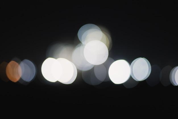 Luci di bokeh in una città di notte