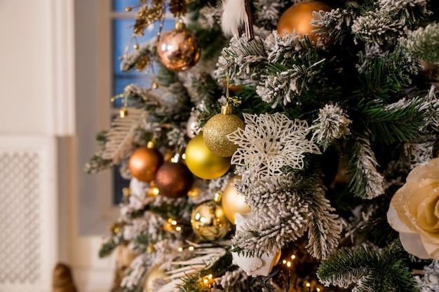 Luci di natale dorate e dettagli di palle e decorazioni natalizie