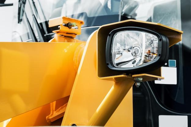 Luci di posizione e luci posteriori sul trattore o sull'escavatore