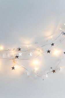 Luci fiammeggianti e stelle ornamentali