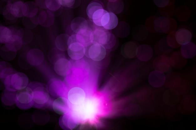 Luci in fibra rosa con punti sfocati