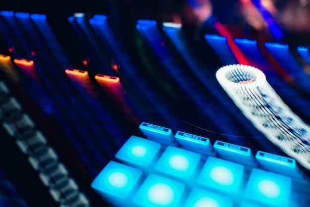 Luci incandescenti dal telecomando della musica del mixer dj