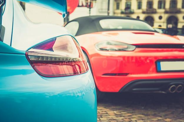 Luci posteriori di un'auto blu