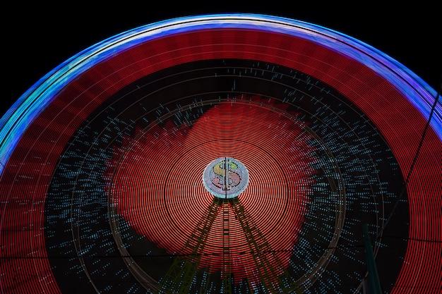 Luci rosse del movimento della ruota di meraviglia con la lampadina