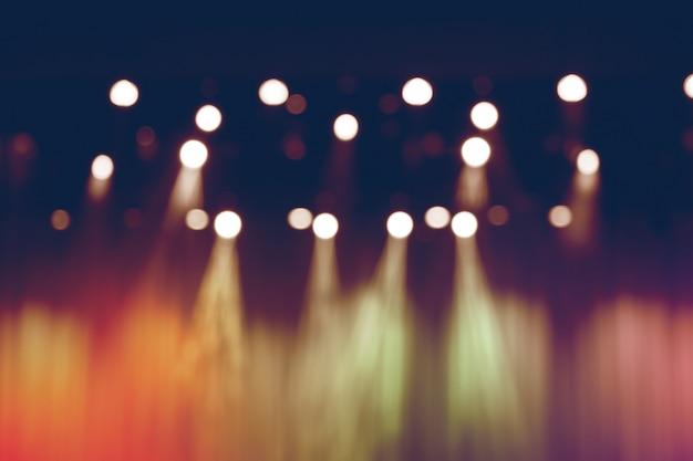 Luci sfocate sul palco, immagine astratta del concerto di riflettori.