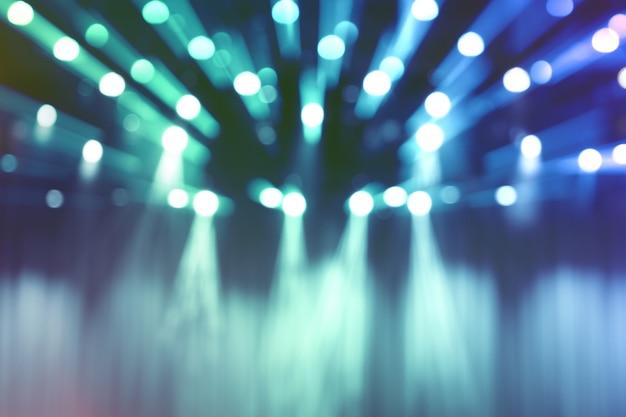 Luci sfocate sul palco, immagine astratta del concerto riflettori blu.