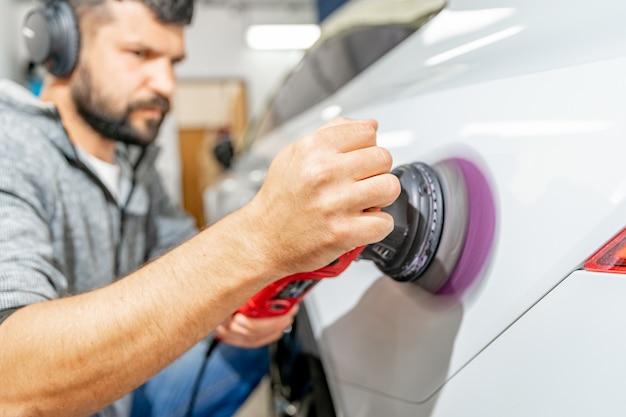 Lucidatura di riparazione della carrozzeria. applicazione di preparati speciali con le nanotecnologie