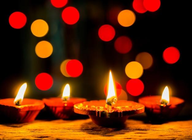 Lume di candela con sfondo scuro e bokeh per il festival diwali.