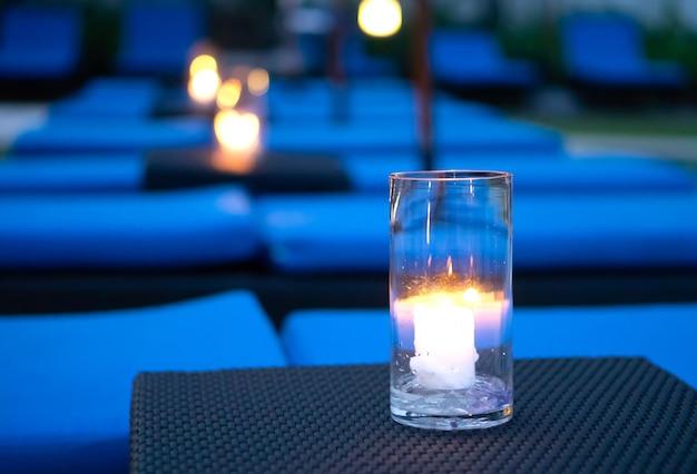 Lume di candela in vetro su sfondo nero