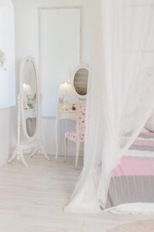 Luminosa camera da letto interna con una grande finestra panoramica