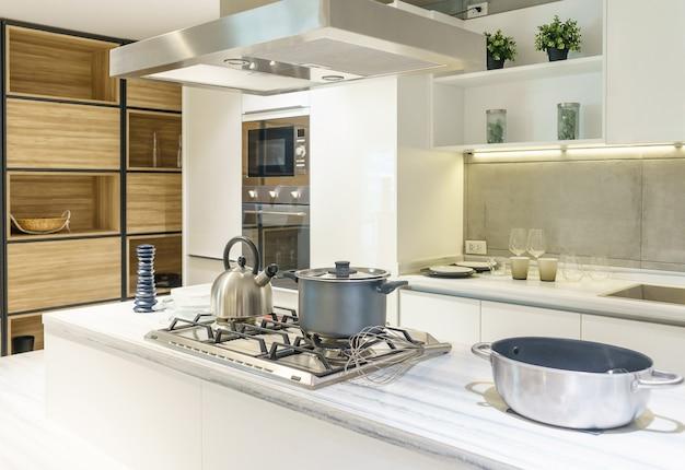 Luminosa cucina moderna con elettrodomestici in acciaio inossidabile. interior design.