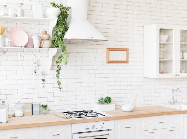 Luminosa cucina moderna e accogliente