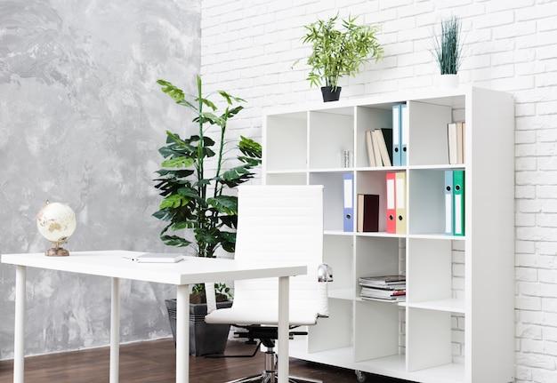 Luminosa scrivania minimalista moderna