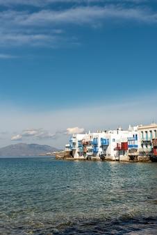 Luminosa vista panoramica sul lungomare colorato. città di mykonos, grecia