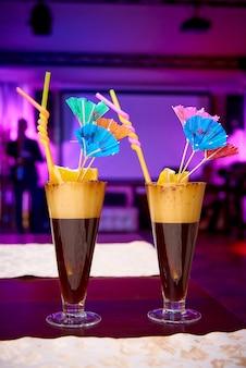 Luminosi cocktail esotici con ombrelloni sul tavolo del ristorante