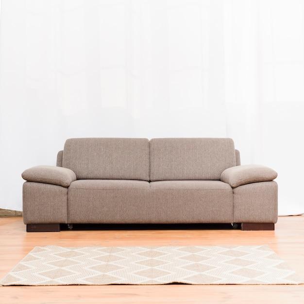 Luminoso soggiorno minimalista con comodo divano