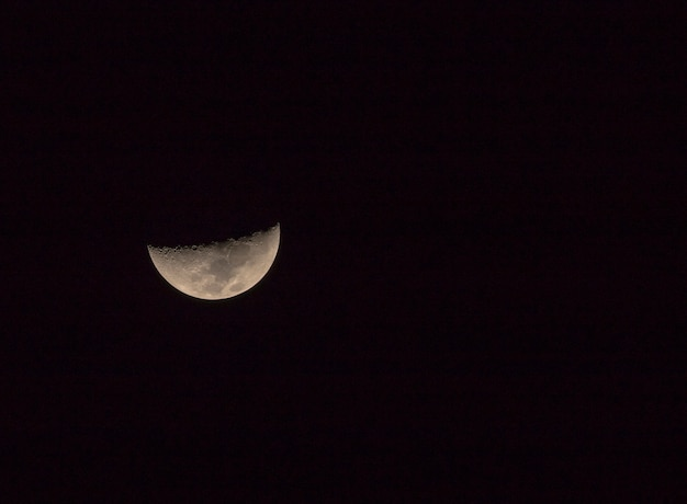 Luna a mezzaluna quando si guarda il cielo della thailandia