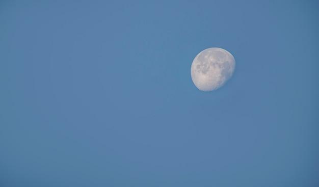Luna in pieno giorno nel cielo luminoso