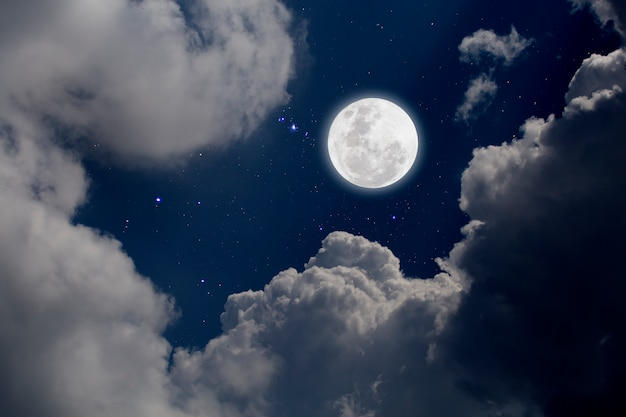 Luna piena con sfondo stellato e nuvole. notte romantica.