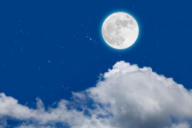 Luna piena con stelle e nuvole