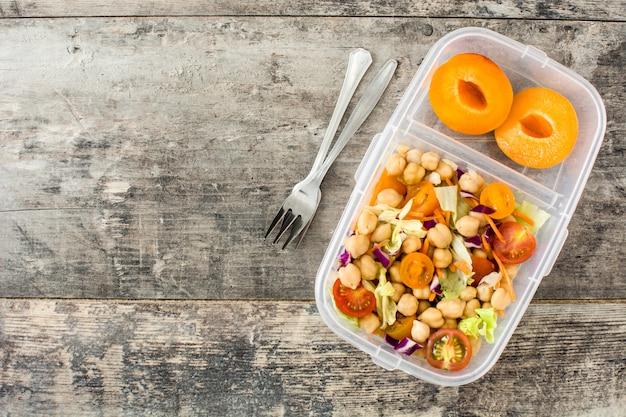 Lunch box con insalata di ceci