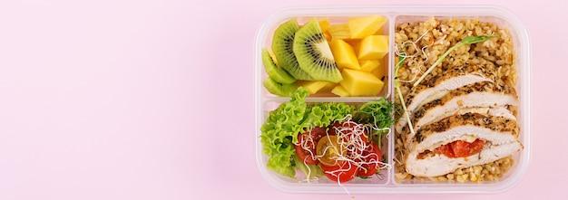 Lunch box con pollo, bulgur, microgreens, pomodoro e frutta